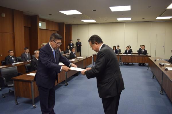 秋田県知事より要望書を村岡県連合会長へ